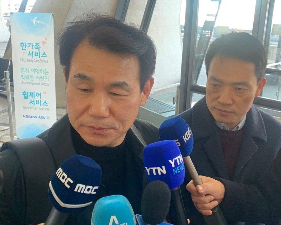 当地时间12月5日,郑恩甫(左)在华盛顿杜勒斯国际机场接受记者采访。 韩联社