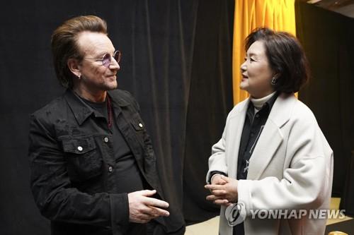 韩第一夫人对话U2主唱