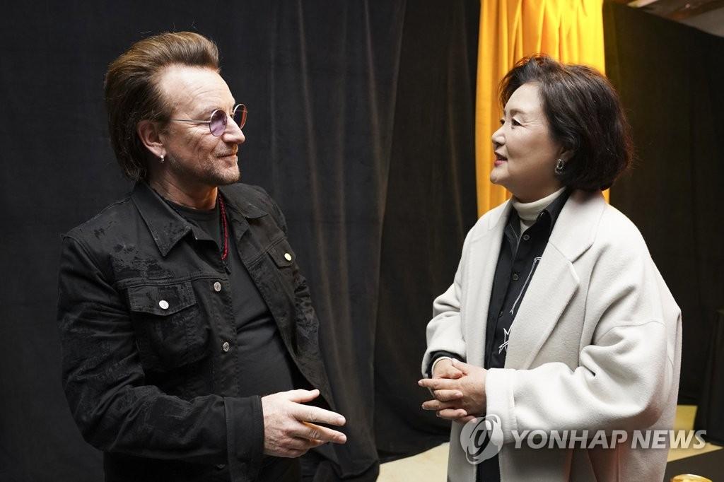 12月8日,在首尔市九老区高尺天空巨蛋,爱尔兰传奇摇滚乐队U2举行约书亚树之旅(Joshua Tree Tour)2019首尔站演出。总统文在寅夫人金正淑(右)观看演出前,同U2主唱、社会活动家波诺交谈。 韩联社/青瓦台供图(图片严禁转载复制)