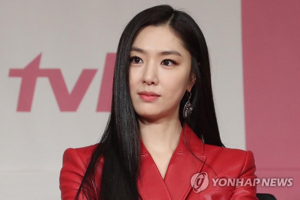 12月9日下午,在首尔四季酒店,徐智慧出席tvN新剧《爱情迫降》发布会。 韩联社