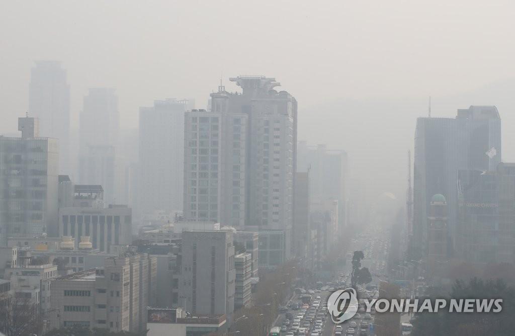 资料图片:12月10日,从首尔市瑞草区一带眺望到的城区被灰蒙蒙的雾霾笼罩。首尔市当天发布PM2.5预警。 韩联社