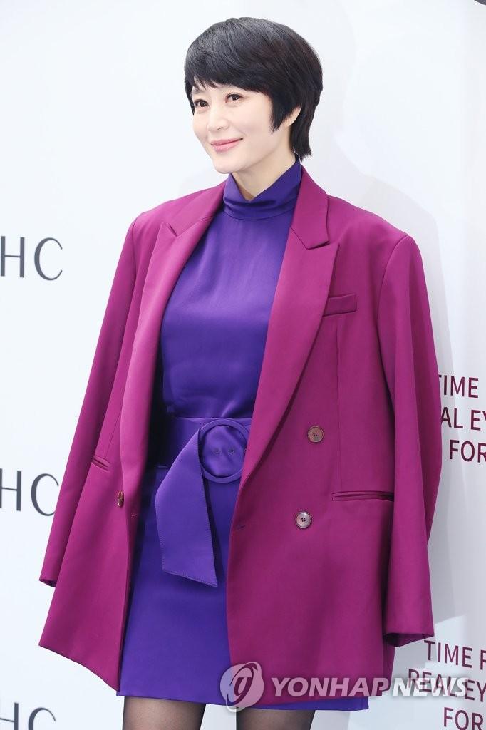 金惠秀粉紫搭配