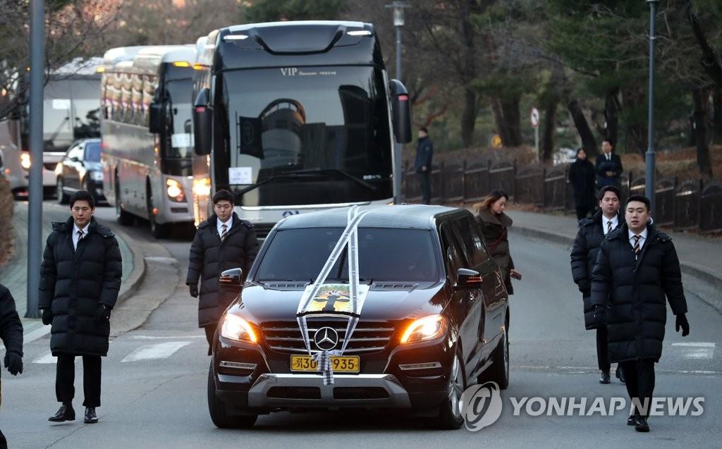 资料图片:12月12日,大宇集团创始人金宇中的遗体告别仪式在京畿道水原市亚洲大学医院举行。 韩联社