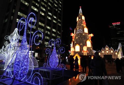 圣诞树亮相清溪广场