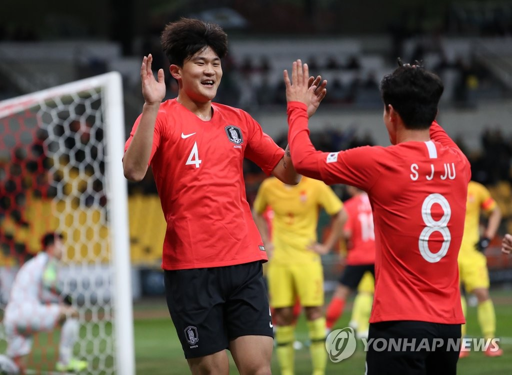 12月15日,在釜山亚运会主体育场举行的2019东亚足球锦标赛(东亚杯)韩国队迎战中国队的比赛中,金玟哉(左)进球后与队友庆祝。 韩联社