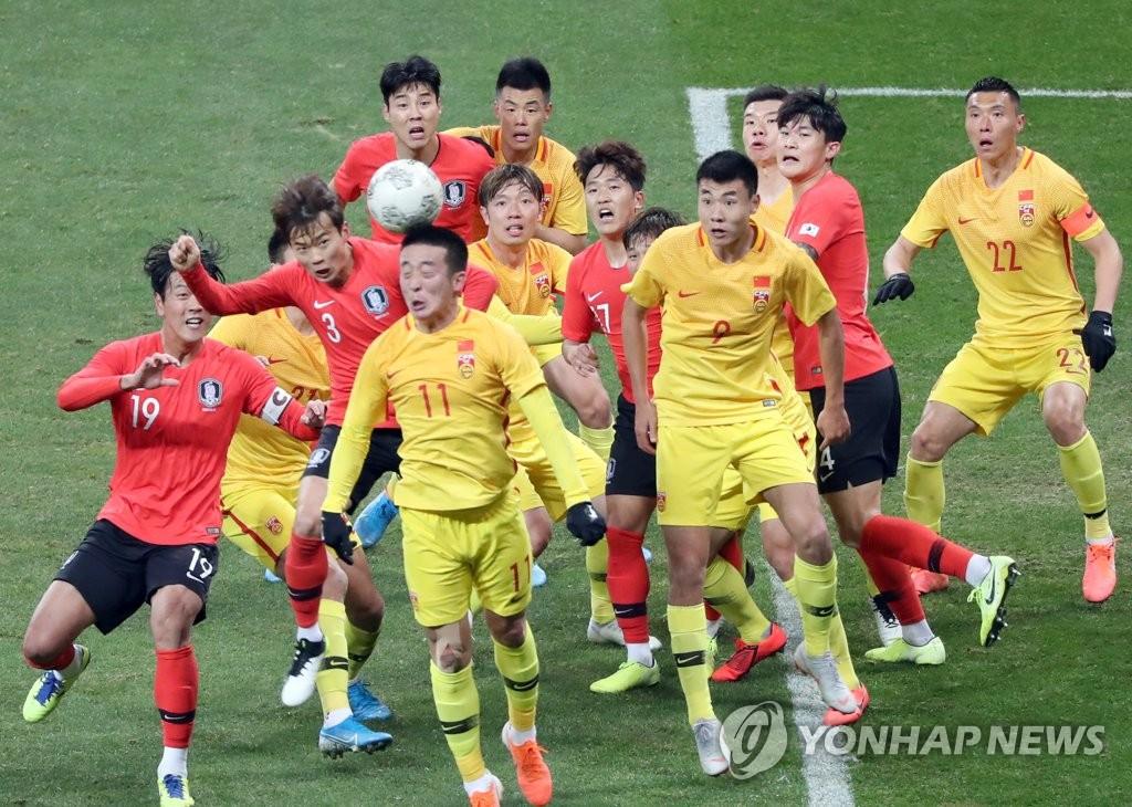 12月15日,在釜山亚运会主体育场举行的2019东亚足球锦标赛(东亚杯)韩国队迎战中国队的比赛中,两队球员在球门前全力抢球。 韩联社