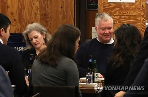 美国对朝代表品尝韩国烧酒