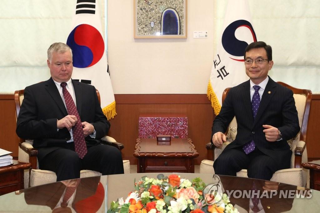 资料图片:韩国外交部第一次官赵世暎(右)和美国副国务卿斯蒂芬·比根 韩联社
