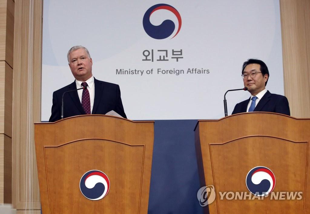 12月16日,在首尔韩国外交部大楼,比根(左)和李度勋共同会见记者。 韩联社