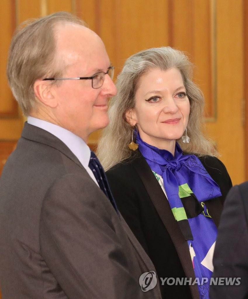 资料图片:美国驻韩国副大使罗伯特·拉普森(左) 韩联社