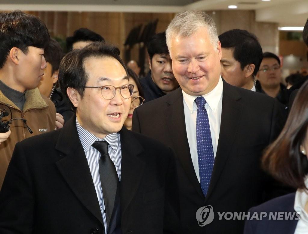 资料图片:韩国外交部韩半岛和平交涉本部长李度勋(左)和比根 韩联社