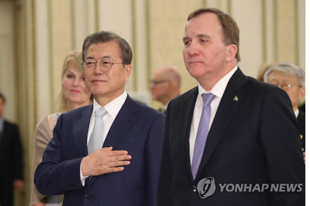 资料图片:文在寅(左)和勒文。 韩联社