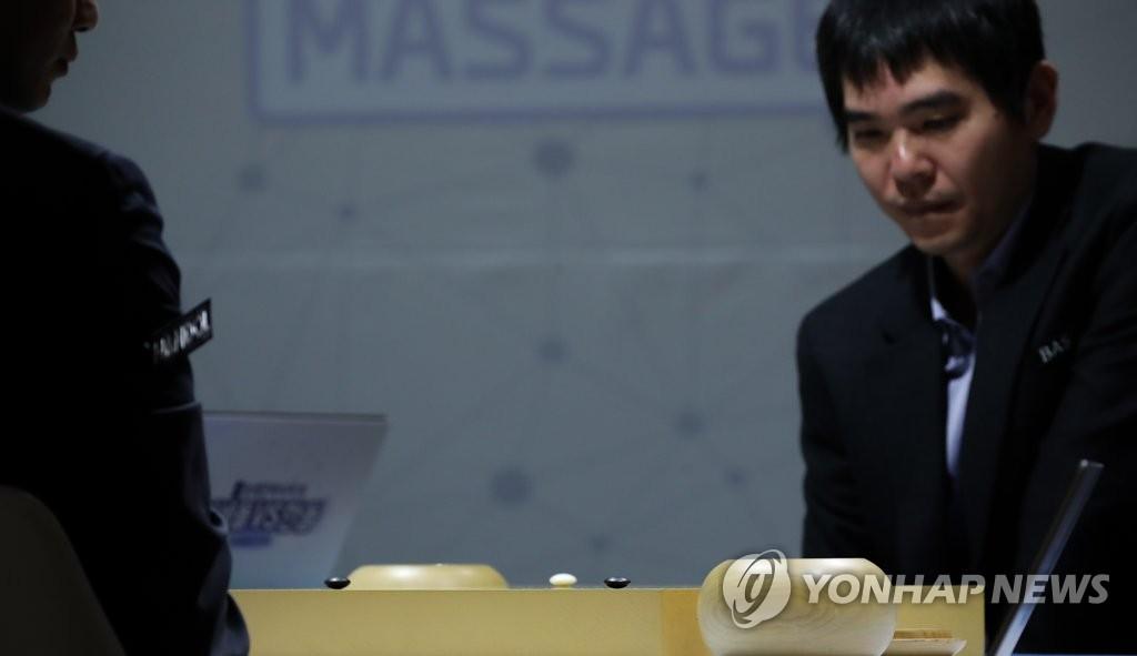 2月19日,在首尔市江南区医械厂商Bodyfriend总部,李世石凝视棋局,陷入深思。 韩联社