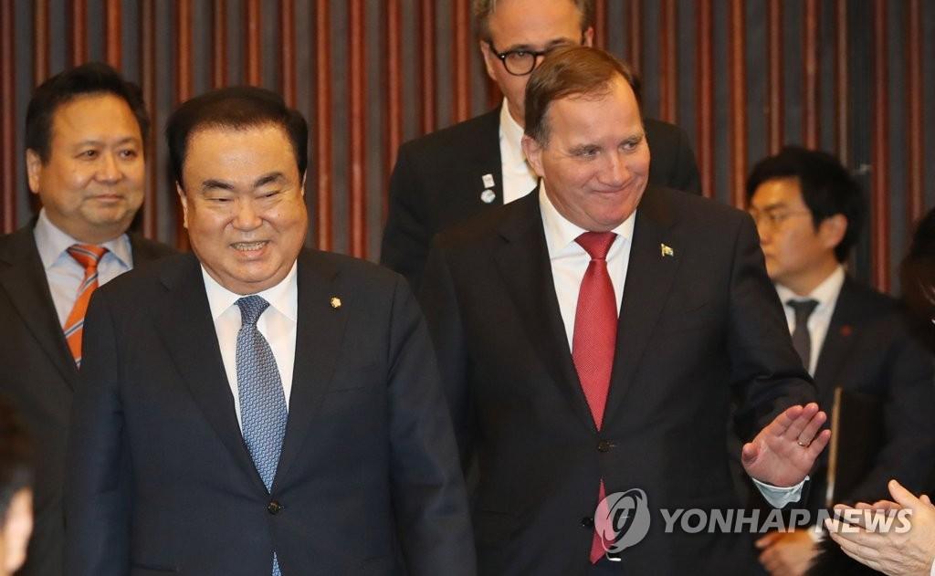 文喜相(左)与勒文 韩联社