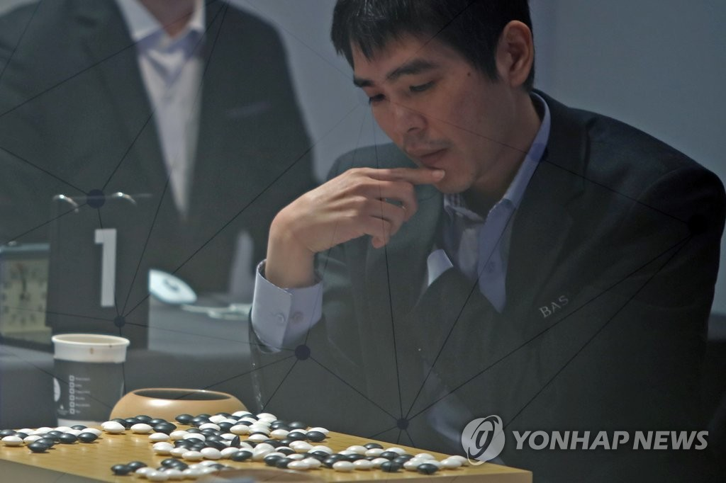 资料图片:12月21日,李世石在对局结束后复盘。 韩联社