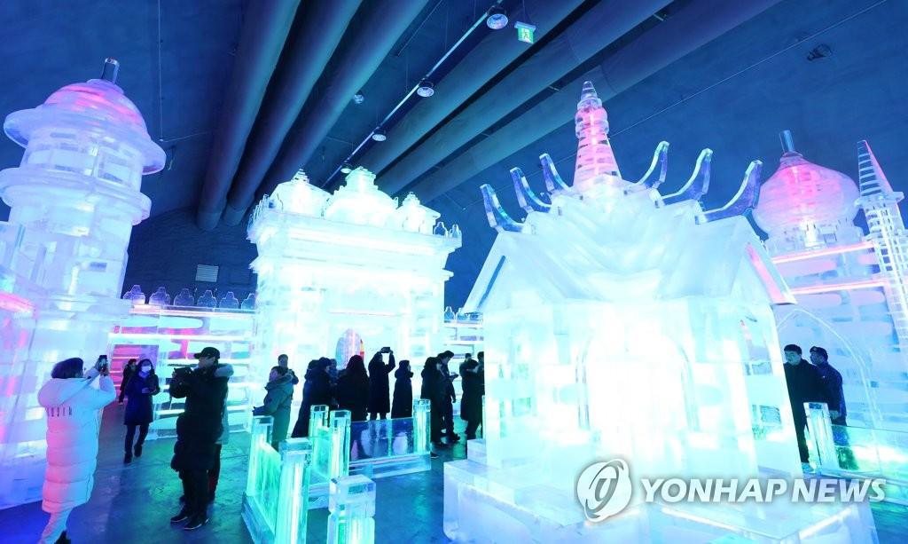 12月21日,坐落于华川邑西华山多功能广场的世界最大室内冰雕广场正式对外开放。 韩联社