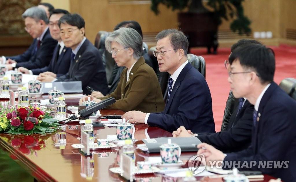 在韩中首脑会谈上,文在寅(右三)正在发表讲话。