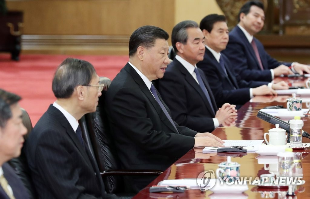 12月23日,在北京人民大会堂,中国国家主席习近平(左三)同韩国总统文在寅举行会谈。 韩联社