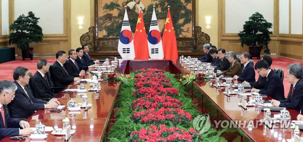资料图片:12月23日,在北京人民大会堂,韩国总统文在寅与中国国家主席习近平举行会谈。 韩联社