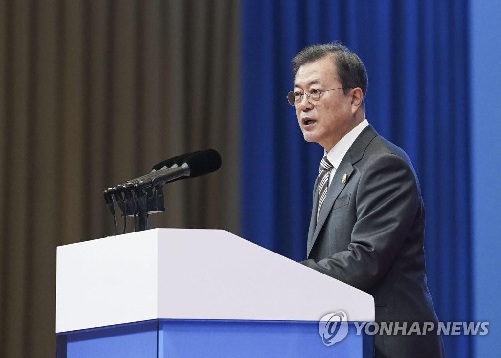 资料图片:12月24日,在成都,文在寅在韩中日商务峰会上发言。 韩联社