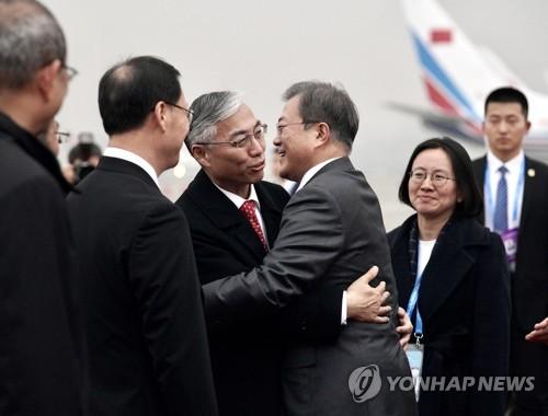 文在寅拥抱中国大使邱国洪