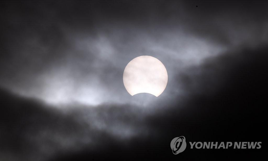 2019年最后一场日偏食上演 韩联社