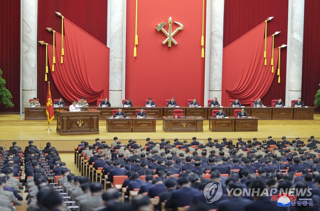 据朝中社30日报道,朝鲜劳动党第七届中央委员会第五次全体会议29日举行第二天会议。图为会议现场。 韩联社/朝中社(图片仅限韩国国内使用,严禁转载复制)