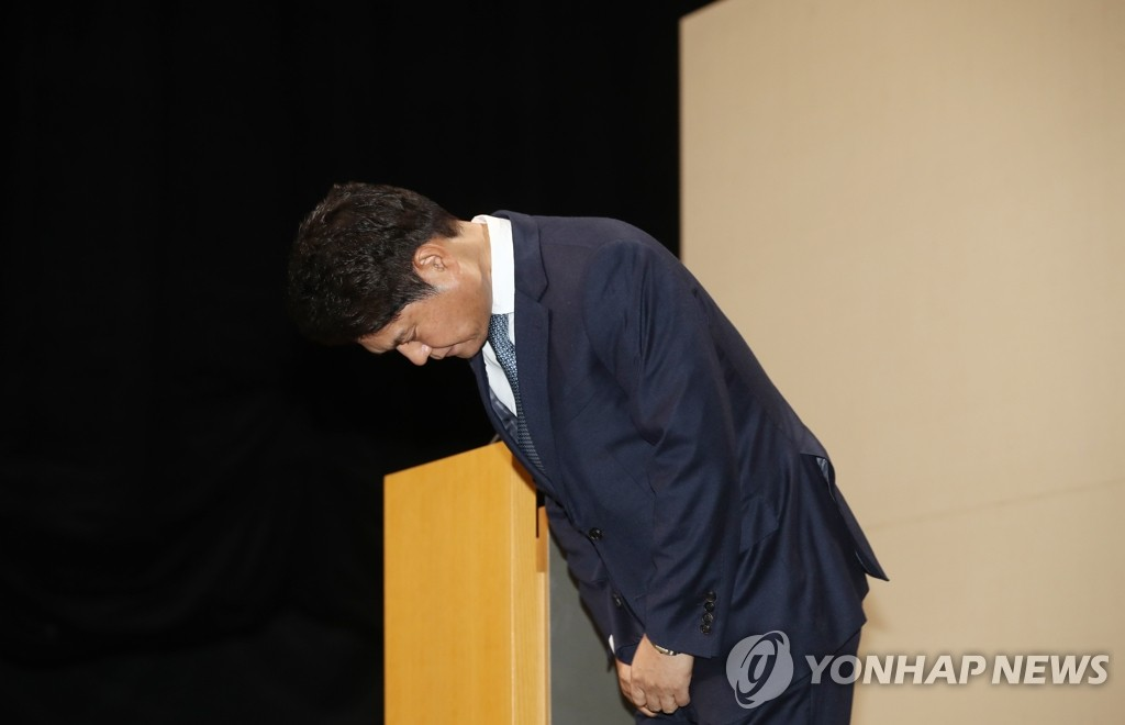 12月30日下午,在首尔市CJ ENM总部,许敏会就选秀造假鞠躬道歉。 韩联社