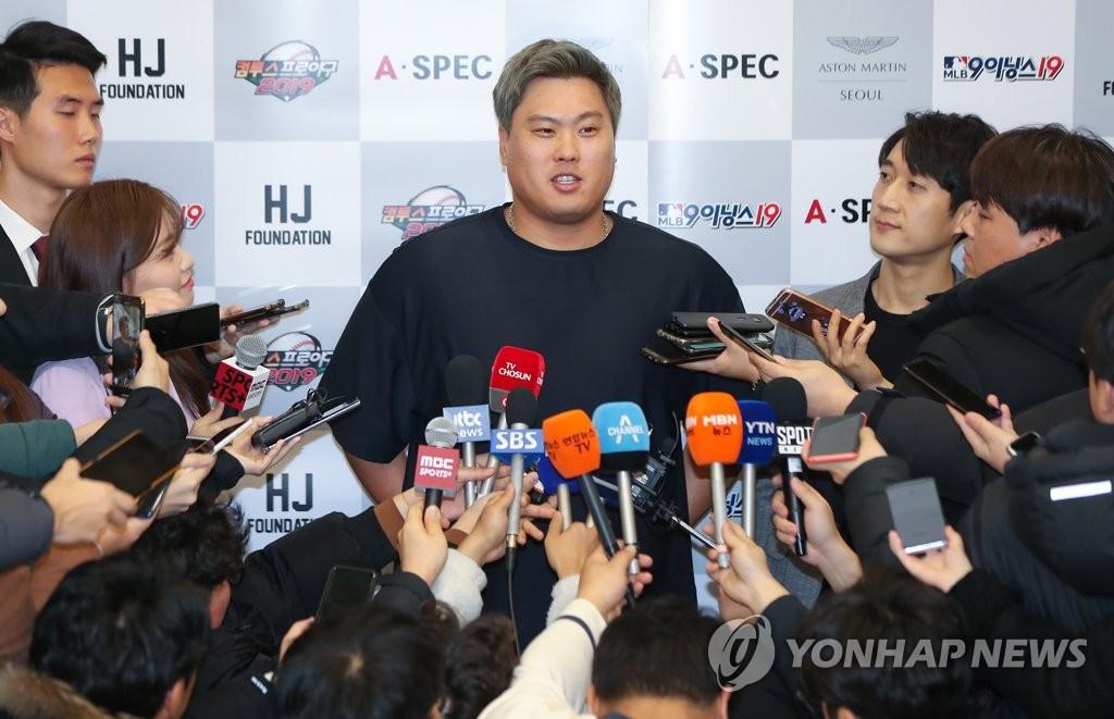 12月30日下午,在仁川国际机场第二航站楼,柳贤振接受媒体采访。 韩联社