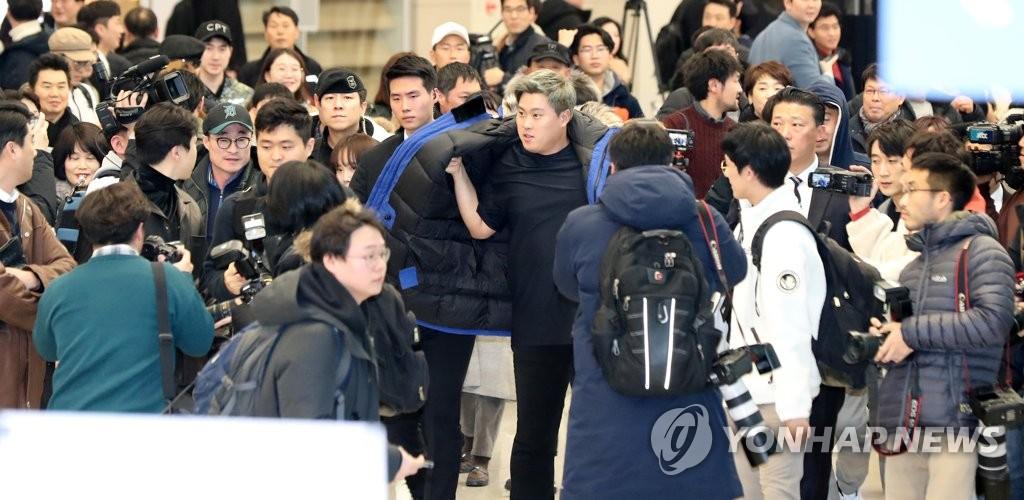 12月30日,在仁川国际机场第二航站楼,柳贤振结束采访穿衣动身。 韩联社