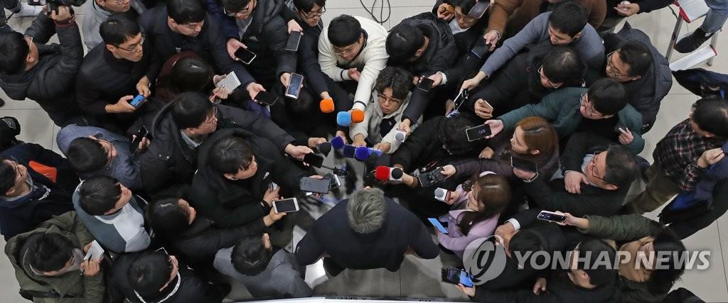 12月30日,在仁川国际机场第二航站楼,柳贤振被记者包围。 韩联社