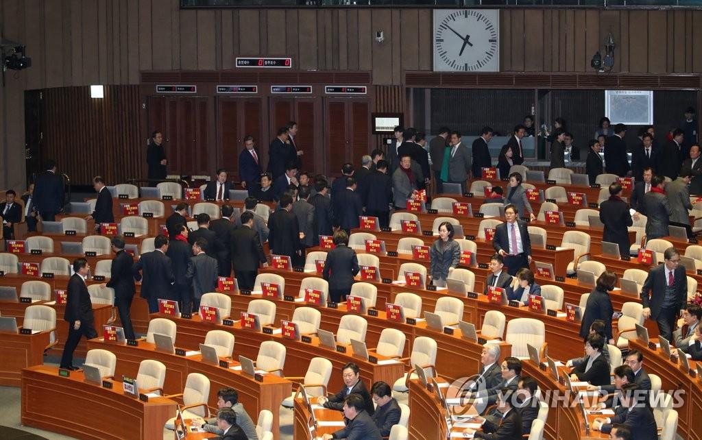 12月30日,在国会,自由韩国党议员们在《关于设立高层公职人员犯罪调查处的法案》表决前退场抗议。 韩联社