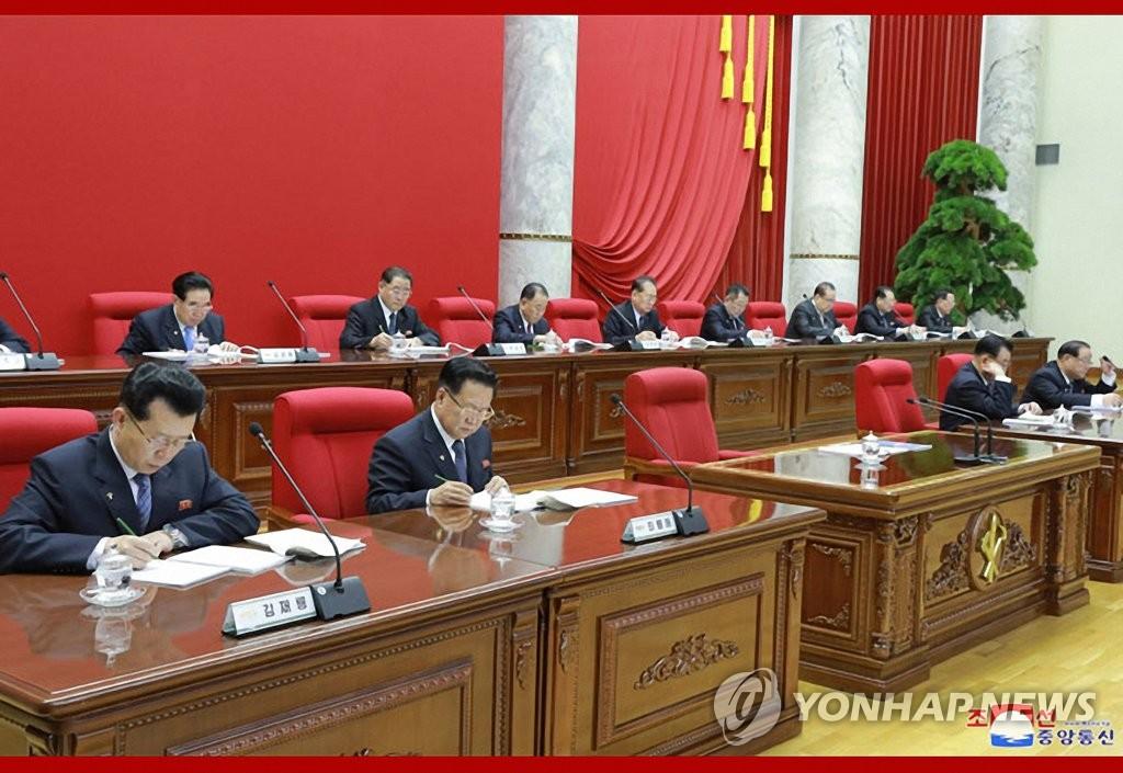 据朝中社31日报道,朝鲜劳动党第七届中央委员会第五次全体会议30日举行第三天会议。图为会议现场照。 韩联社/朝中社(图片仅限韩国国内使用,严禁转载复制)