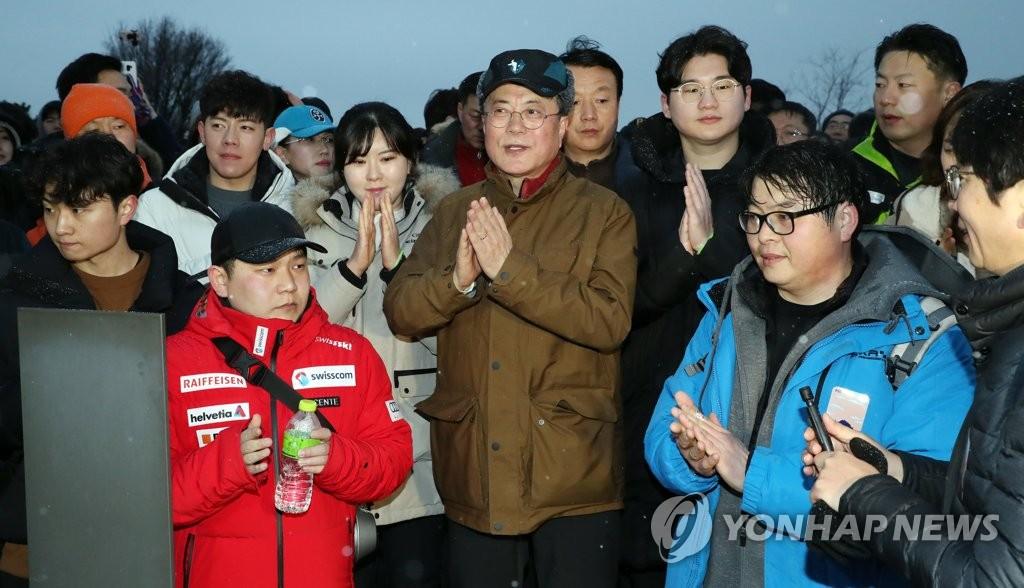 1月1日,文在寅在峨嵯山与市民迎接日出。 韩联社