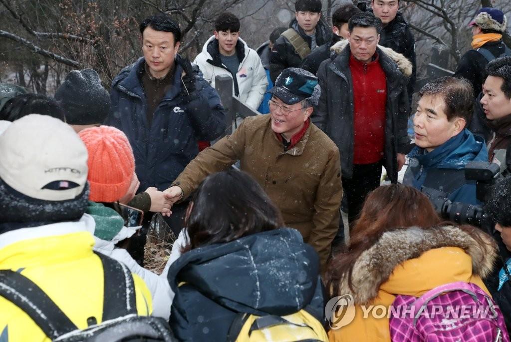1月1日,在峨嵯山,文在寅向市民致意。 韩联社