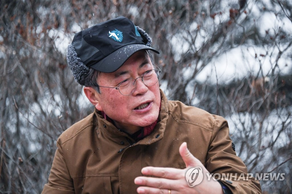 1月1日,在峨嵯山,文在寅与市民交流。 韩联社