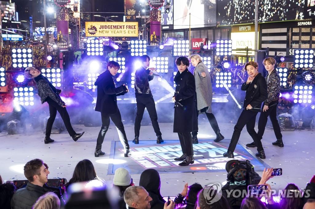 资料图片:当地时间2019年12月31日晚,在纽约曼哈顿时代广场,防弹少年团献上迎新年演出。 韩联社/美联社(图片严禁转载复制)