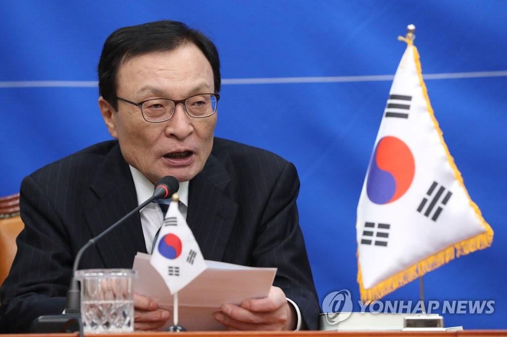 资料图片:1月2日,在国会,共同民主党党首李海瓒公布引进人才。 韩联社