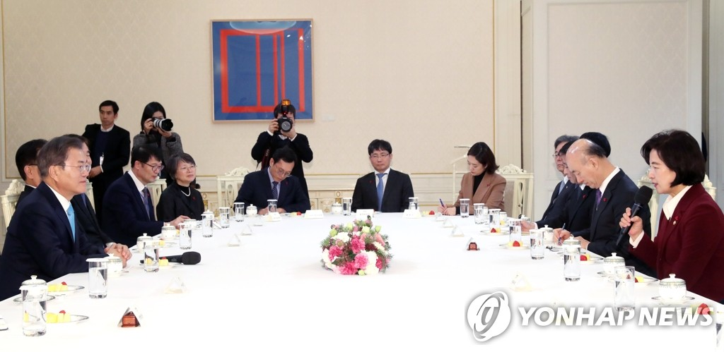 1月2日下午,在青瓦台,秋美爱在法务部长任命座谈会上发言。 韩联社