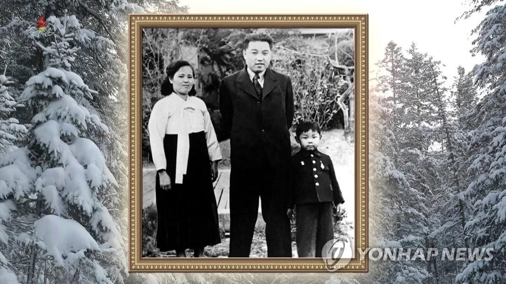 朝鲜央视纪录片展示金日成、金正淑、金正日的家庭照。 韩联社/朝中社(图片仅限韩国国内使用,严禁转载复制)