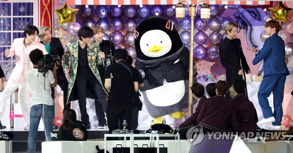 1月5日,在首尔高尺天空巨蛋,向防弹少年团颁奖的胖企鹅Pengsoo与防弹共舞。 韩联社/金唱片奖办公室供图(图片严禁转载复制)
