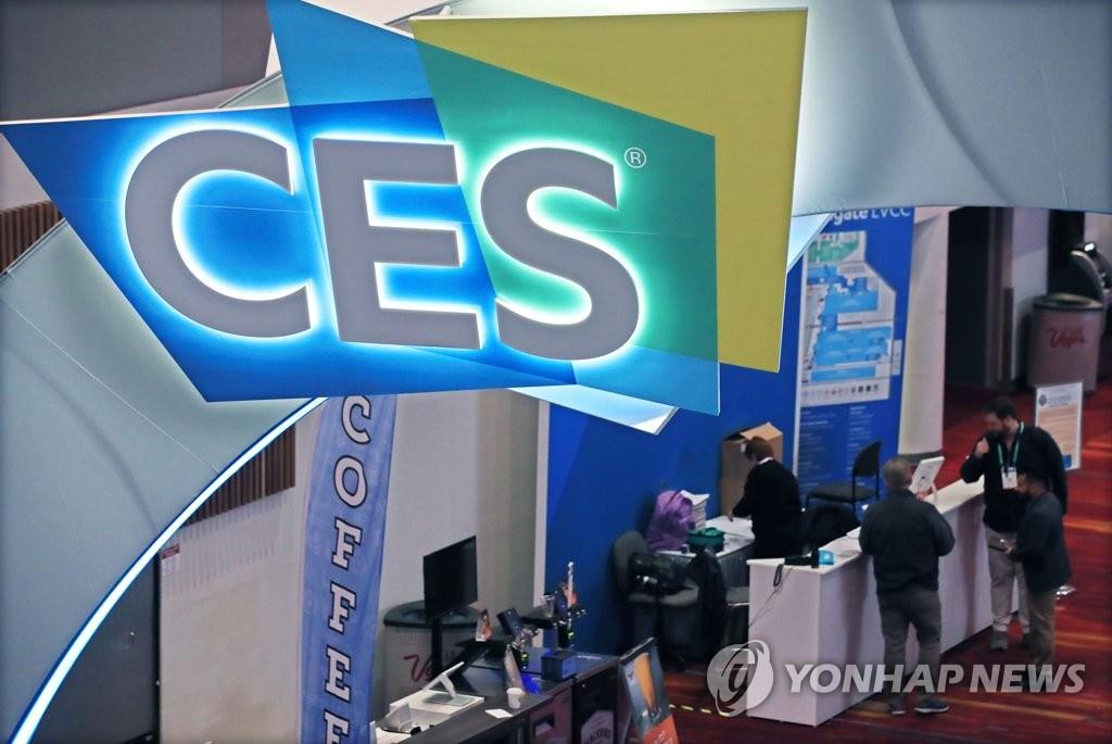当地时间1月5日,在拉斯维加斯会展中心,展商工作人员忙于筹备两天后的CES。 韩联社