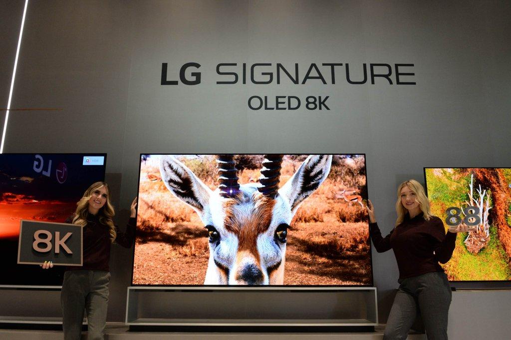 资料图片:LG电子1月6日表示,旗下2020年OLED电视新品阵容将于当地时间7日在美国拉斯维加斯启幕的2020年国际消费类电子产品展览会(CES 2020)上亮相。图为模特们宣传LG玺印OLED 8K电视。 韩联社/LG电子供图(图片严禁转载复制)