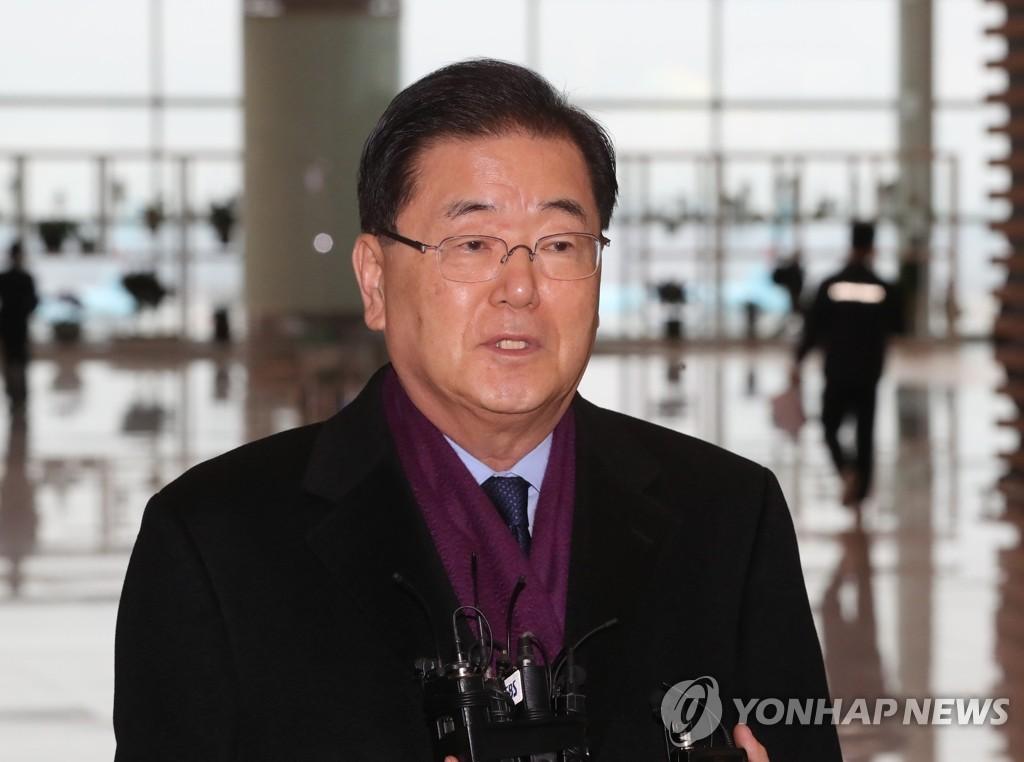 资料图片:1月7日,郑义溶在仁川国际机场接受媒体采访。 韩联社