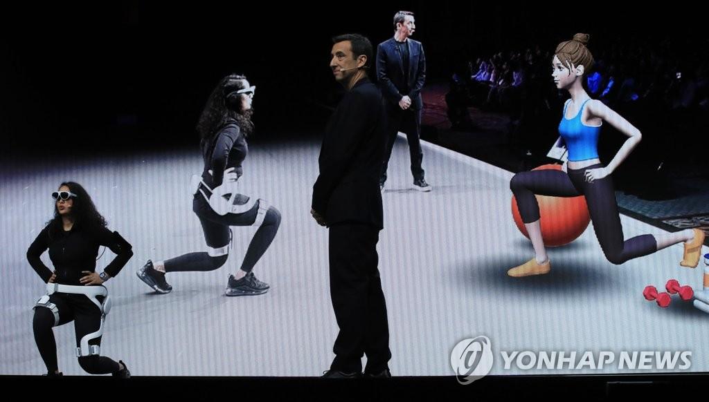 使用可穿戴的外骨骼机器人GEMS和增强现实眼镜的用户接受个人针对性健身训练。 韩联社