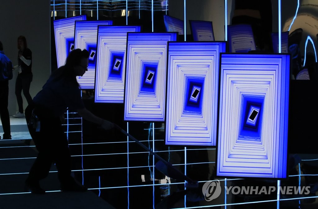 """资料图片:在2020年国际消费类电子产品展览会上,三星电子相关人士打扫""""The Sero""""展区。 韩联社"""