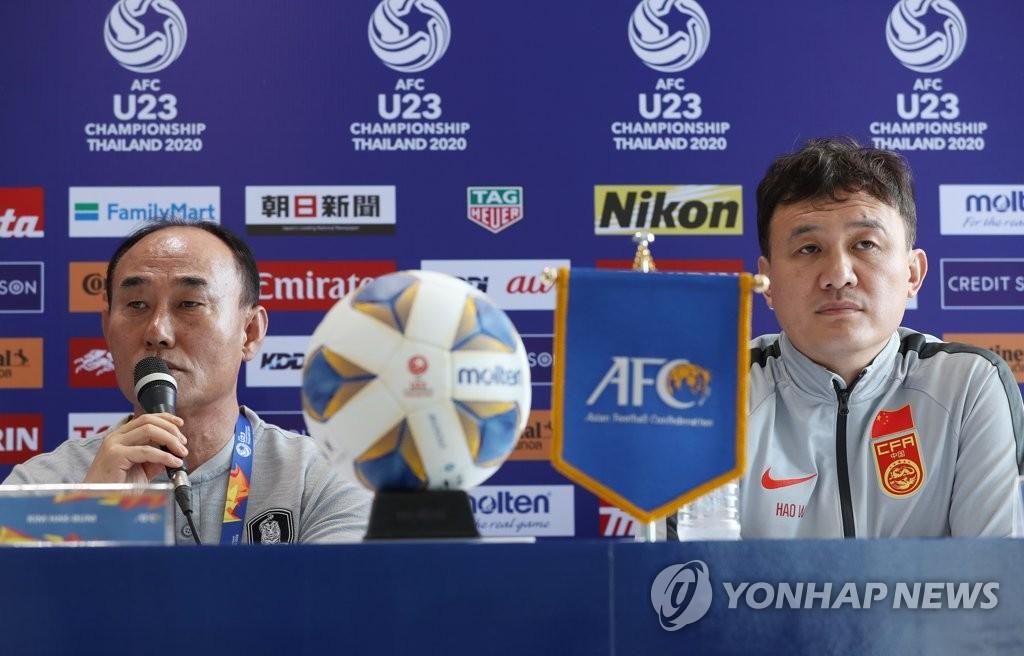 当地时间1月8日,在泰国,韩国U23男足主帅金鹤范(左)在记者会上发言。 韩联社