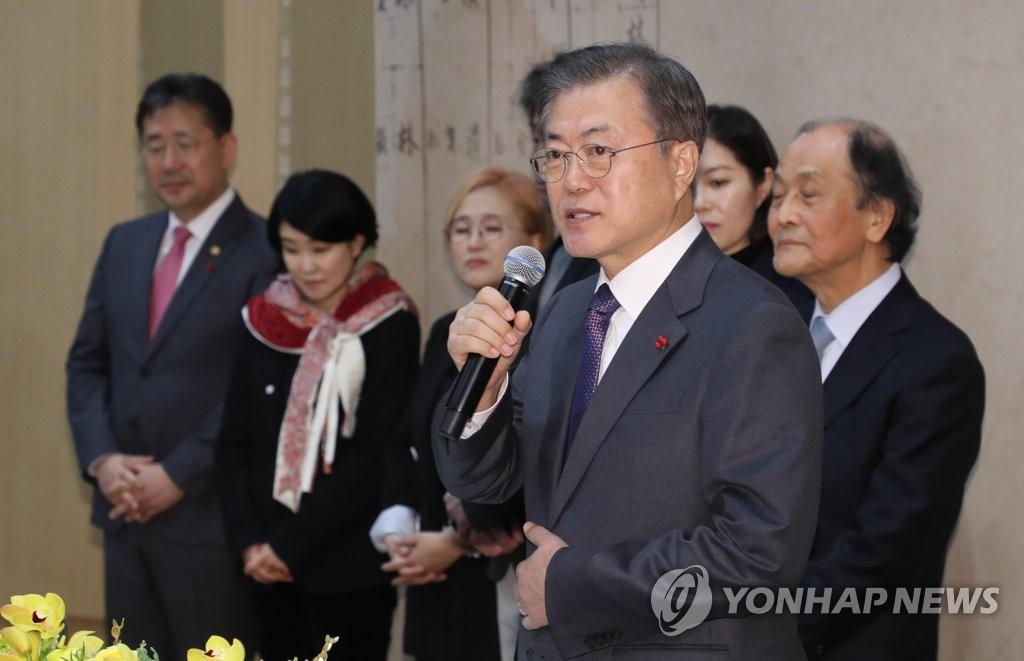 1月8日下午,在位于首尔瑞草区的艺术殿堂,韩国总统文在寅出席文化艺术家迎新会并讲话。 韩联社