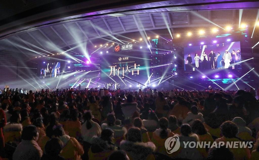 资料图片:1月9日,5000名沈阳溢涌堂员工在仁川松岛会议中心办年会。 韩联社