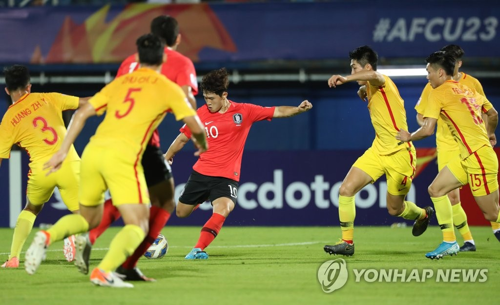 当地时间1月9日下午,在泰国宋卡,韩国队在U23足球亚洲杯暨奥预赛最后阶段的首场比赛上对阵中国队。图为韩国选手李东炅(红衣)射门。 韩联社